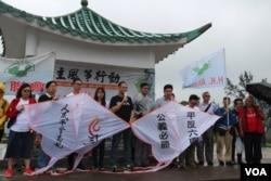 资料照:香港支联会副主席蔡耀昌(中间讲话者)及其成员5月5日冒雨举行六四风筝放飞行动。
