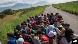 Migran antre anndan yon kamyon pou yo kite Gwatemala epi antre nan vil Niltepec, o Meksik, pandan karavàn imigran an te pran direksyon Lèzetazini nan dat 29 oktòb 2018 la.