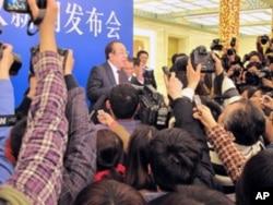 赵启正在会后被记者围住