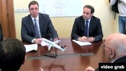 Prvi potpredsednik Vlade Aleksandar Vučić i ministar trgovine i telekomunikacija Rasim Ljajić u razgovoru sa predstavnicima sindikata i Unije poslodavaca