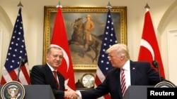 Presiden Turki, Recep Tayyip Erdogan (kiri) berjabat tangan dengan Presiden AS Donald Trump seraya mengeluarkan pernyataan kepada para wartawan di Roosevelt Room di Gedung Putih, Washington, AS, 16 Mei 2017 (foto: REUTERS/Kevin Lamarque)