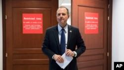 美国众议院常设特别情报委员会成员、来自加州的民主党议员亚当·席夫离开一个召开相关共和党备忘录的闭门会议场所。(2018年2月5日)