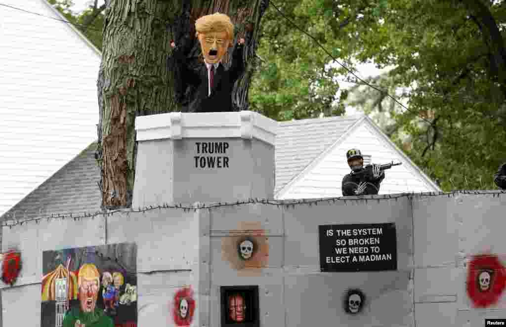 រូបតុក្កតាតុបតែងសម្រាប់ពិធីបុណ្យ Halloween ដែលរួមមានជញ្ជាំងតាមបណ្តោយព្រំដែន និងរូបតុក្កតាលោក Donald Trump លោកស្រី Hillary Clinton និងលោក Bernie Sanders ត្រូវបានដាក់បង្ហាញនៅក្នុងសួនច្បារផ្ទះរបស់លោក Matt Warshauer នៅក្រុង West Hartford រដ្ឋ Connecticut កាលពីថ្ងៃទី០៤ ខែតុលា ឆ្នាំ២០១៦។