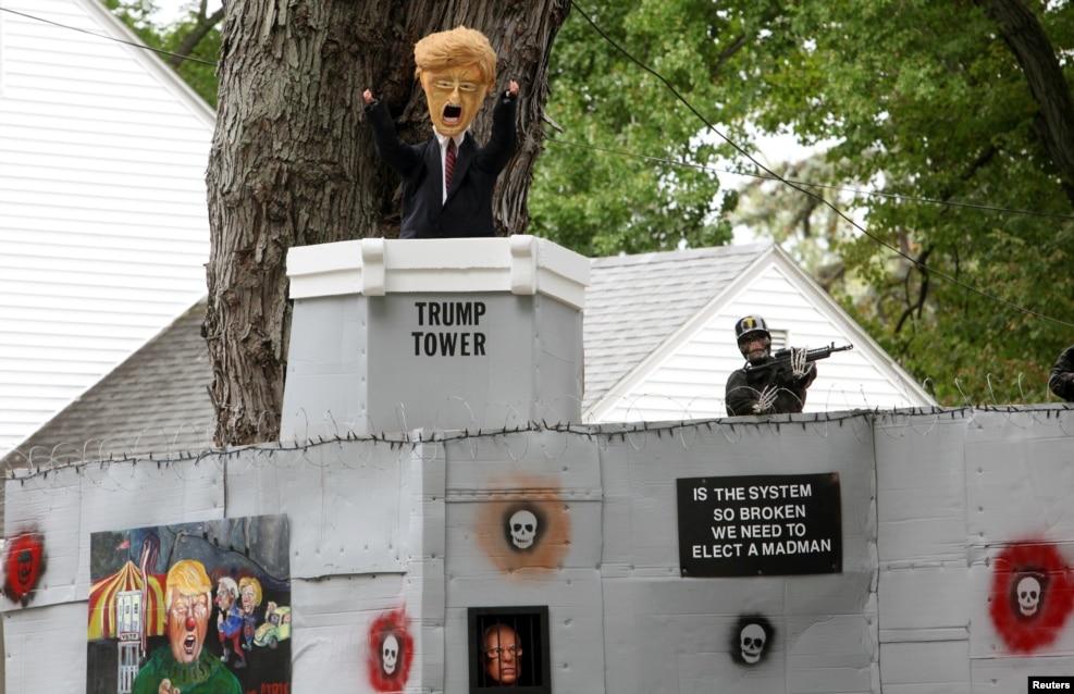 미국 코네티컷주 웨스트하트포드에서 지난 4일(현지시간) 모습을 드러낸 할로윈 주택 장식. 도널드 트럼프 공화당 대통령 후보가 공약으로 내세운 국경 장벽을 주제로, 힐러리 클린턴 민주당 후보와 버니 샌더스 상원의원의 얼굴이 보인다.