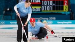 2018年平昌冬奥会冰壶混合双人赛美国队兄妹搭档贝卡·汉密尔顿和马特·汉密尔顿(2018年2月8日路透社)