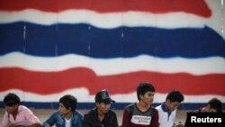 រូបភាពឯកសារ៖ ពលករចំណាកស្រុកកម្ពុជារង់ចាំសំណុំឯកសារ ដើម្បីរៀបចំខ្លួនធ្វើមាតុភូមិនិវត្តន៍មកកាន់ប្រទេសកម្ពុជាវិញ នៅឯស្ថានីយ៍ប៉ូលិស Aranyaprathet ក្នុងទីក្រុង Sa Kaew កាលពីថ្ងៃទី១៥ ខែមិថុនា ឆ្នាំ២០១៤។ (Reuters/Athit Perawongmetha)