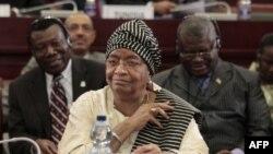 Mặc dù vừa được trao giải Nobel Hòa bình Tổng thống Sirleaf đang phải đối mặt với một cuộc tranh đua gay go để có thể tái đắc cử