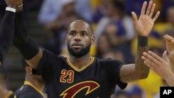 LeBron James des Cleveland Cavaliers lors d'un match de la NBA à Oakland, Californie, le 12 juin 2017.
