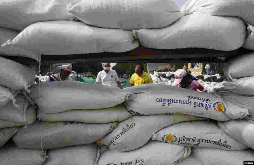 Người biểu tình chống chính phủ dựng rào cản bằng bao cát trong cuộc biểu tình bên ngoài Tòa nhà Chính phủ ở Bangkok, Thái Lan, 29/12/13