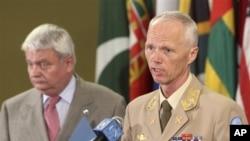Ketua Tim Pemantau PBB untuk Suriah, Mayor Jendral Robert Mood (kanan) dan Sekjen Misi Perdamaian PBB Hervé Ladsous melaporkan situasi di Suriah di Markas Besar PBB (19/6).