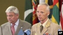 Kepala penjaga perdamaian PBB Hervé Ladsous (kiri) dan Ketua Tim Pemantau PBB Mayjen Robert Mood melaporkan situasi di Suriah di Markas Besar PBB (19/6).
