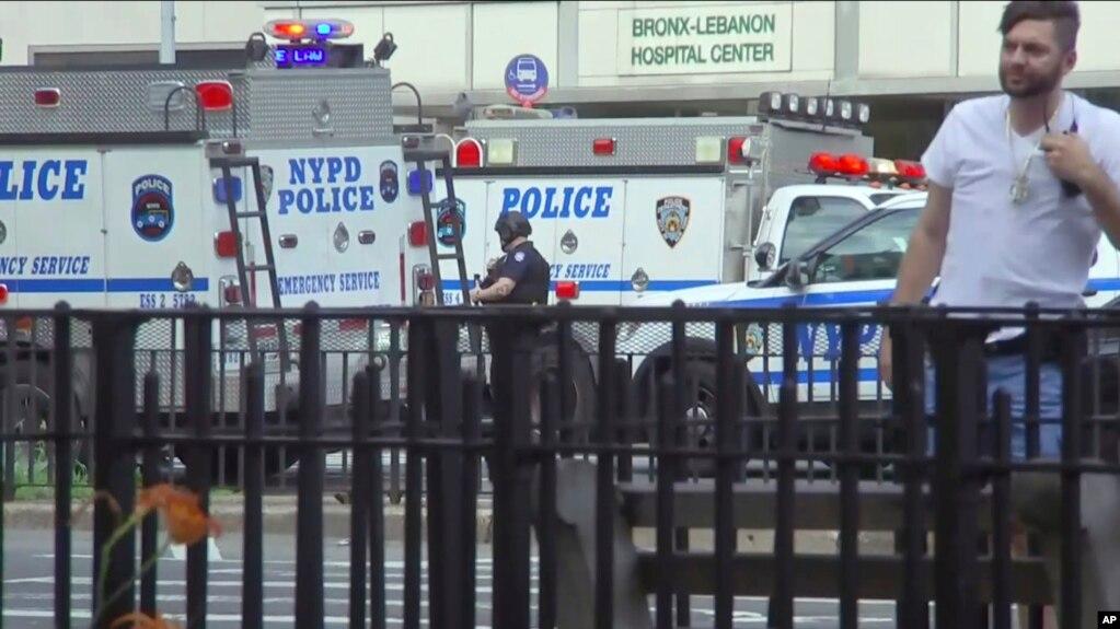 Nhân viên cấp cứu đổ về Bệnh viện Bronx Lebanon ở New York, ngày 30 tháng 6, 2017.