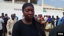 Daya daga cikin iyayen Cibok tana zubar da hawaye a gaban Majalisar Kasa, a birnin Abuja dake Najeriya.