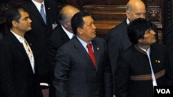 Presiden Venezuela Hugo Chavez diapit pemimpin negara-negara Amerika Latin lainnya.