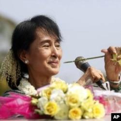 ທ່ານນາງ Aung San Suu Kyi ຜູ້ນໍາປະຊາທິປະໄຕໃນມຽນມາ ໂອ້ລົມກັບຊາວບ້ານ ບ້ານ Yae Phyu ໃນເຂດເມືອງ Dawei, ວັນທີ 29 ມັງກອນ 2012. REUTERS/Soe Zeya Tun