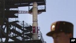 Binh sĩ Bắc Triều Tiên canh gác tại địa điểm phóng phi đạn
