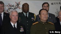 時任美國駐華武官的霍珀(中文名胡可誠,後排中)2008年與美軍太平洋司令部司令基廷和解放軍上將郭伯雄等人合影(美國海軍照片)