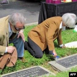 当地的白人居民为华人先民清理墓碑