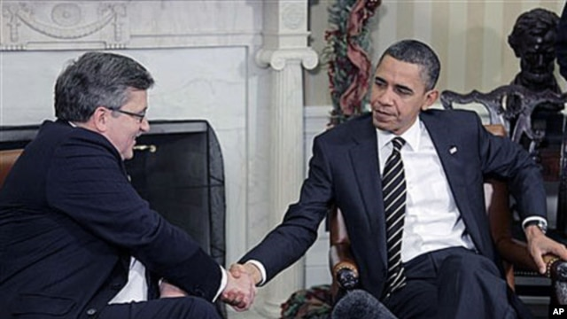 President Barack Obama shakes hands with Polish President Bronislaw Komorowski, during their meeting in Oval Office of the White House in Washington, Dec 8, 2010