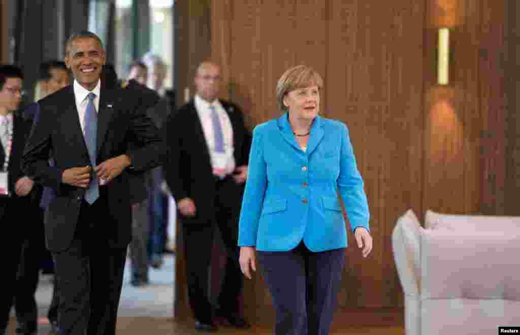 美国总统奥巴马(左)与德国总理默克尔为参加七国集团首脑会议第一次会议抵达德国南部的克林镇。(2015年6月7日)