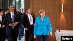 Presiden AS Barack Obama dan Kanselir Jerman Angela Merkel tiba di sesi pertama KTT G7 di hotel kastil Elmau di Kruen, Jerman, 7 Juni 2015.