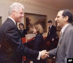 جیمز زوگبی سابق امریکی صدر بل کلنٹن کے ساتھ