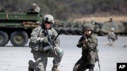 美国陆军军人和韩国军人在韩国举行的联合军事演习里(2015年3月25日)