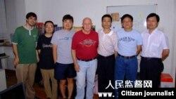 朱瑞峰(右三)与美国之音驻北京记者张楠(右二)及中国社会问题学者胡星斗教授(右一)等合影。图片来源:人民监督网