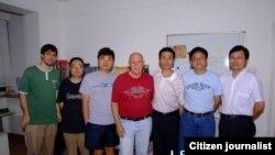 朱瑞峰(右三)与一些人士的合影