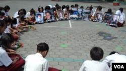 Murid-murid SD Joglo Kadipiro 76 di Solo berdoa bersama untuk para korban penembakan massal di Connecticut, AS. (VOA/Yudha Satriawan)