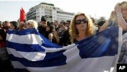 그리스 재정위기와 관련 아테네 중심가의 국회 앞에서 소셜네트워킹사이트를 통해 모인 사람들이 그리스 국기를 들고 평화시위를 벌이고 있다.