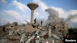 Warga Palestina mencari korban di reruntuhan sebuah rumah yang hancur akibat serangan udara Israel di Rafah, Jalur Gaza selatan, 29 Juli 2014.