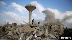 Wapalestina wakitafuta miili ya waathirika huko ukanda wa Gaza, July 29, 2014.