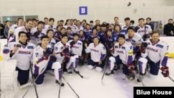 문재인 한국 대통령이 17일 진천 국가대표 선수촌을 방문하고, 아이스하키 선수들과 기념촬영을 했다. 청와대 제공 사진