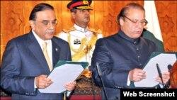 Presiden Pakistan Asif Ali Zardari (kiri) mengambil sumpah Nawaz Sharif sebagai Perdana Menteri untuk masa jabatan ketiga, di Islamabad hari Rabu (5/6).