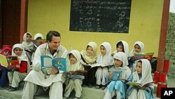 Greg Mortenson with schoolchildren in Pakistan