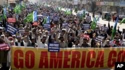 파키스탄 군 사망 후 반미 시위를 벌이는 파키스탄인들