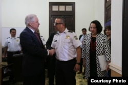 El fiscal general de EE.UU. Jeff Sessions saluda con el director de la policía salvadoreña, comisionado Howard Cotto. Les acompaña la embajadora de EE.UU. en El Salvador, Jean Manes. Julio 28 de 2017. Foto: Cortesía Comunicaciones PNC, El Salvador.