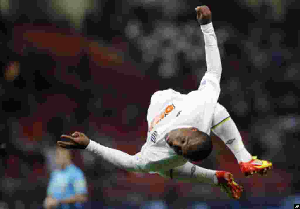 Borges of Brazil's Santos does a back flip as he celebrates after scoring against Japan's Kashiwa Reysol during their FIFA Club World Cup semi-final soccer match in Toyota, central Japan, December 14, 2011. REUTERS/Kim Kyung-hoon (JAPAN - Tags: SPORT SOC