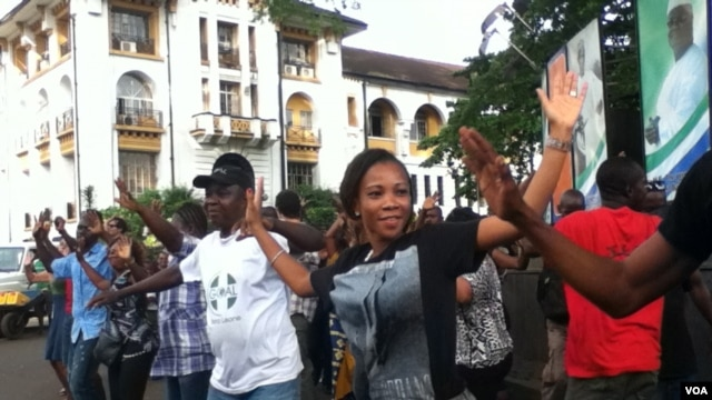 Dancers perform in a flashmob in downtown Freetown, Sierra Leone, Oct. 14, 2013. (N.deVries/VOA)