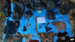 En esta foto, sin fecha provista por la Fiscalía del Estado de Veracruz, se muestran artículos de ropa encontrados en el sitio clandestino en el estado de Veracruz, México.