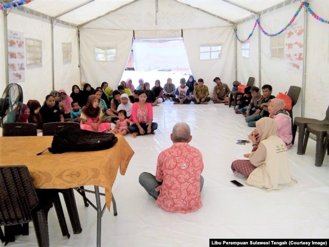 Kegiatan Tenda Ramah Perempuan di Posko 3 Desa Pombewe, Kabupaten Sigi, Sulawesi Tengah, yang diikuti warga pengungsi asal desa Jono'oge terdampak gempa bumi dan likuifaksi. (Foto: Libu Perempuan Sulawesi Tengah)