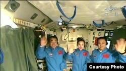 中国宇航员2013年6月20日在天宫一号上(中国官媒电视截屏)