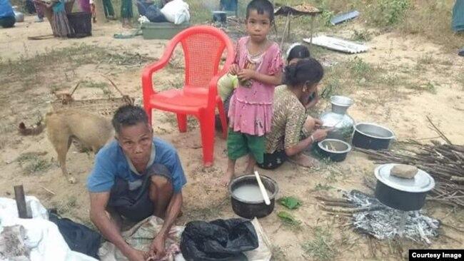 ဘူးသီးေတာင္ျမိဳ႕နယ္ စိုင္းဒင္ေစ်းရြာေရာက္ စစ္ေရွာင္မ်ား ( ဓါတ္ပုံ -MP Oung Thaung Shway)