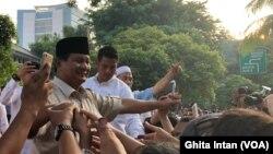 Prabowo Subianto, dalam konferensi pers di kediamannya di Kertanegara Rabu sore (17/4), mengatakan hasil exit poll and quick count internal menunjukkan kemenangannya. (Photo courtesy: VOA/Ghita Intan)