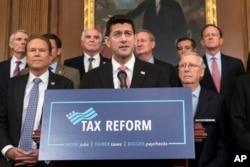 ປະທານສະພາຕ່ຳ ທ່ານ Paul Ryan, ສັງກັດພັກ Republican ຈາກລັດ Wisconsin ປະກາດ ແຜນການປະຕິຮູບພາສີ ຂອງພັກ Republicans ທີ່ສະເໜີ ໃຫ້ມີການຂຽນກົດໝາຍພາສີໃໝ່ ສຳຫຼັບສ່ວນບຸກຄົນ ແລະບັນດາບໍລິສັດທັງຫຼາຍ ທີ່ລັດຖະສະພາ ໃນວໍຊີງຕັນ, 27 ກັນຍາ 2017.
