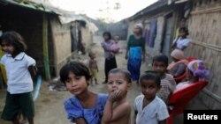 ក្មេងស្រីជនជាតិ Rohingya ម្នាក់ពរក្មេងក្នុងជំរំជនភៀសខ្លួនមួយនៅ Sitwe ក្នុងរដ្ឋ Rakhine ប្រទេសមីយ៉ាន់ម៉ាកាលពី ថ្ងៃទី០៤ មីនា ២០១៧។