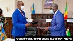 Gentiny Ngobila (g) mokambi ya engumba Kinshasa na mokokani wa ye ya Maire ya Brazzaville, Sieudonné Batshimba (D) bazali kopesana bokonzi ya Commission spéciale ya coppération kati na ba Congo mibale, na Brazzaville, 9 juin 2021. (Gouvernorat Kinshasa)