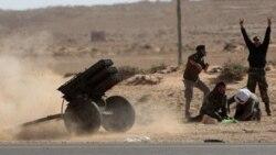 شورشیان لیبی به سمت سربازان حامی قذافی راکت پرتاب می کنند
