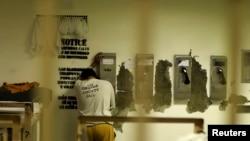 Seorang napi menelpon dari Penjara Orange County di Santa Ana, California, 24 Mei 2011. (REUTERS/Lucy Nicholson)